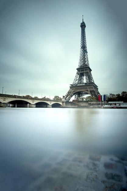 Torre eiffel, e, rio sena, em, paris, frança Foto Premium