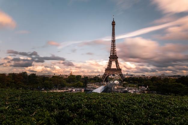 Torre eiffel no centro da cidade de paris Foto Premium
