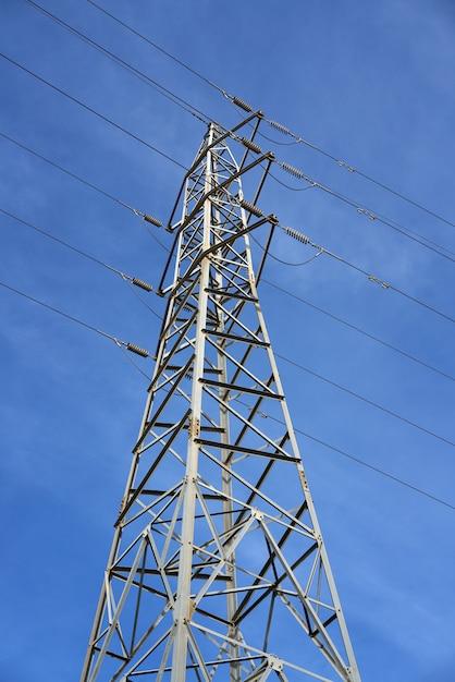 Torre elétrica vista de baixo do céu azul Foto Premium