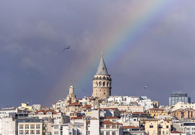 Torre galata ou galata kulesi em istambul depois da chuva com arco-íris no céu, turquia Foto Premium