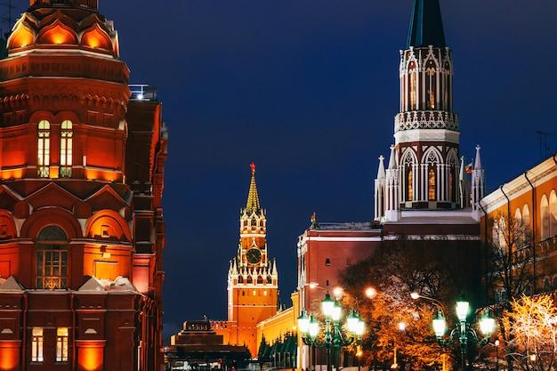 Torre na praça vermelha de moscou, rússia no inverno Foto Premium