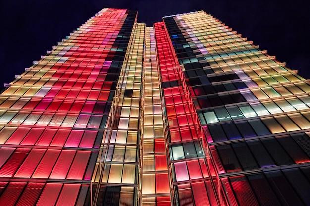 Torre rogier à noite com luzes coloridas Foto Premium