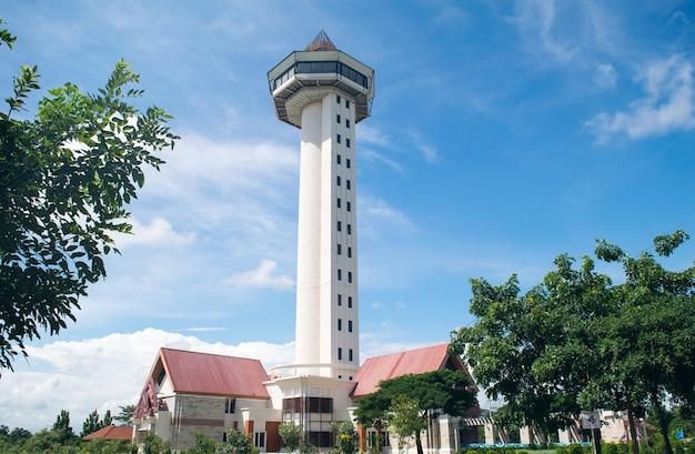 Torre sisaket no fundo do céu azul Foto Premium