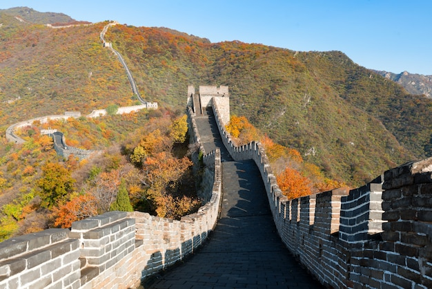 Torres comprimidas e segmentos de parede de vista distante da grande muralha Foto Premium
