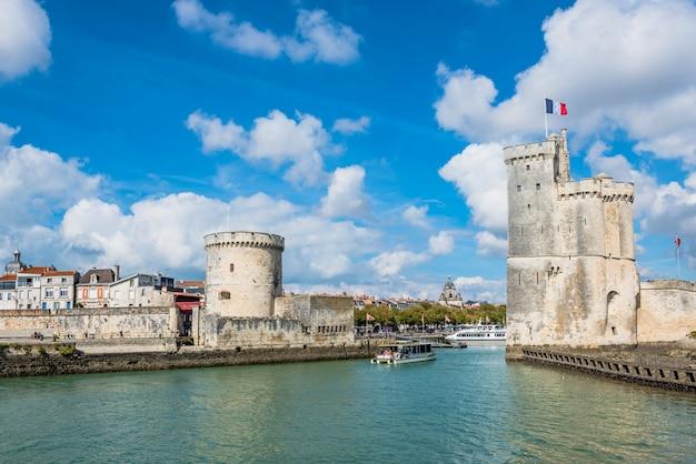 Torres da antiga fortaleza de la rochelle frança Foto Premium