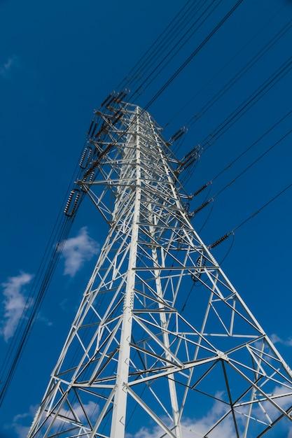 Torres de alta tensão têm o céu para trás. Foto Premium