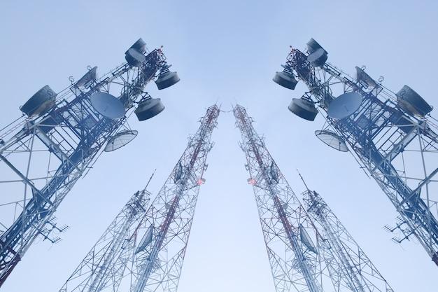 Torres de telecomunicações com antenas Foto Premium