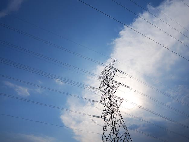Torres de transmissão de alta tensão em meio ao lindo céu Foto Premium