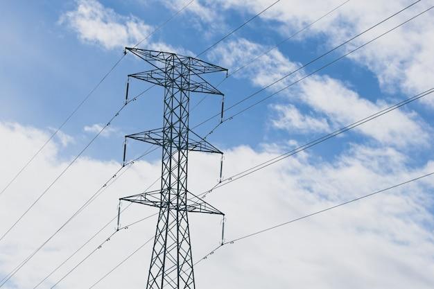 Torres elétricas com um céu azul nublado ao fundo Foto gratuita