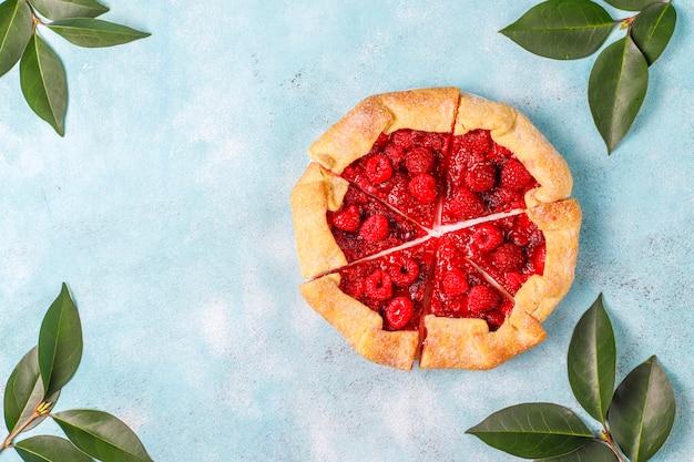 Torta aberta, galette de framboesa. sobremesa de verão berry. Foto gratuita