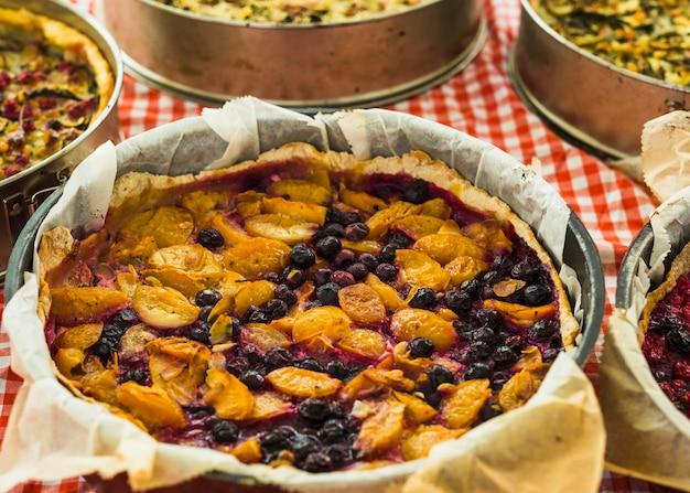 Torta caseira de pêssego e mirtilo Foto gratuita