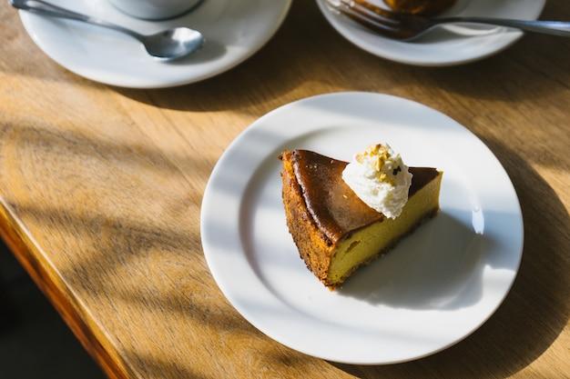 Torta de abóbora na mesa de madeira com a luz da tarde. Foto Premium