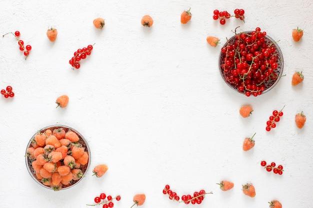 Torta de alcatrão caseiro de verão berry, frutas diferentes, framboesa dourada, amora, groselha, framboesa e groselha preta, vista superior Foto gratuita