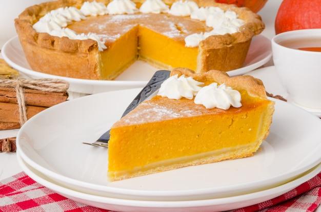 Torta de creme chantilly de abóbora americana tradicional em um prato branco Foto Premium