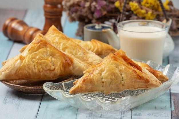 Torta de frango ou kurnik que é lindamente decorado em cima da mesa. Foto gratuita