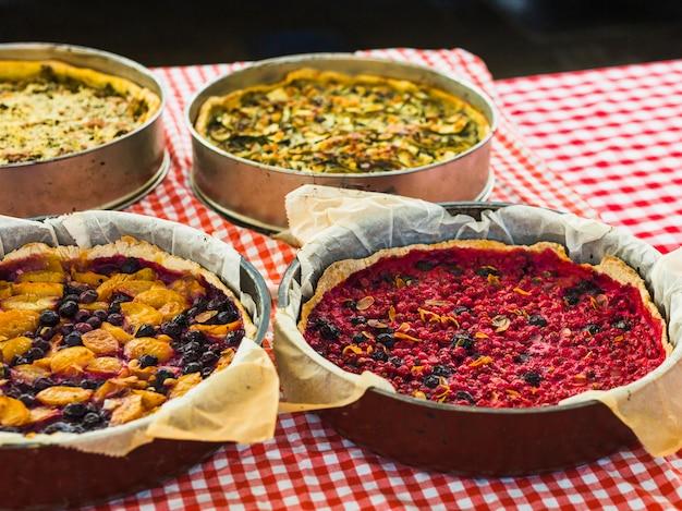 Torta de frutas caseira tradicional na toalha de mesa quadriculada Foto gratuita