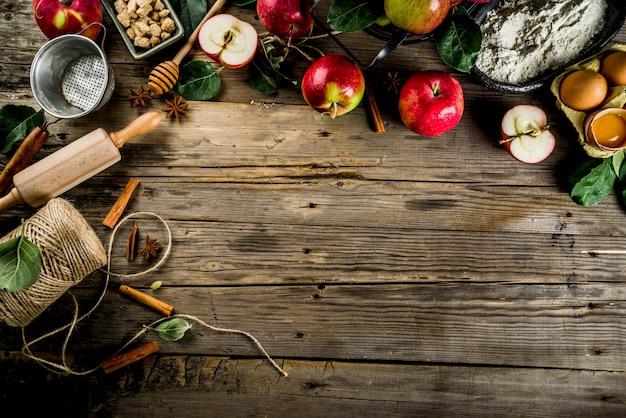 Torta de maçã assar fundo com maçãs, ingredientes e utencls Foto Premium