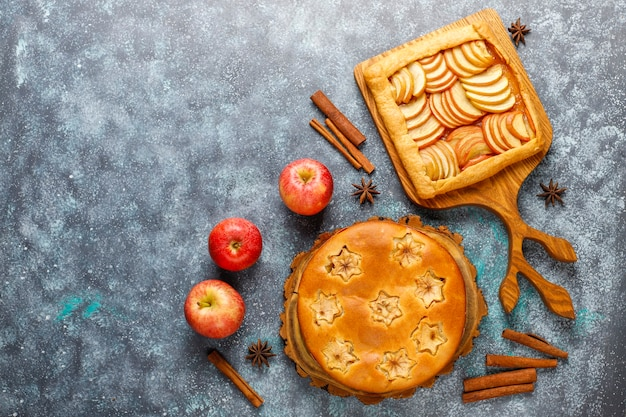 Torta de maçã caseira, bolo e galette. Foto gratuita