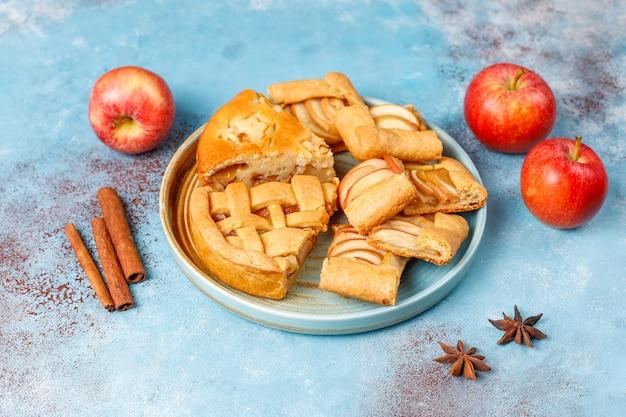 Torta de maçã caseira, bolo e galette Foto gratuita