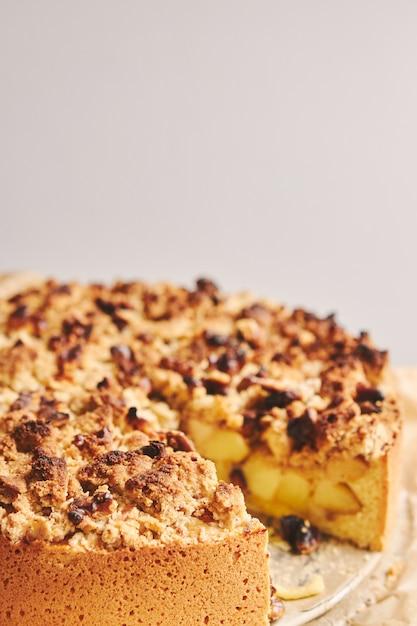 Torta de maçã coberta com crumble e nozes torradas Foto gratuita
