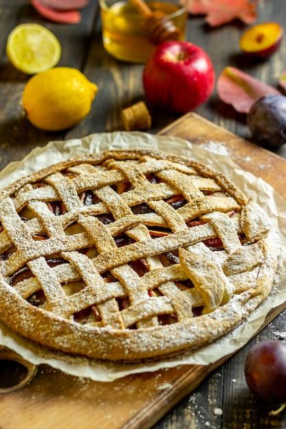 Torta de maçã com ameixa. cozinhando. receitas. comida vegetariana. Foto Premium