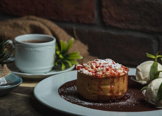 Torta de maçã com chá preto em cima da mesa Foto gratuita