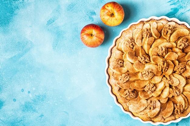 Torta de maçã com nozes e canela Foto Premium