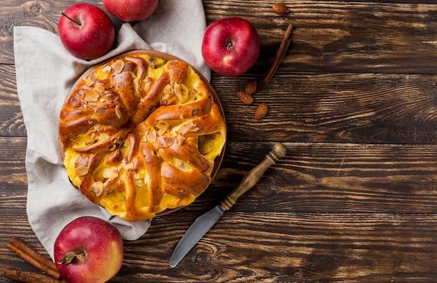Torta de maçã fresca deliciosa em fundo de madeira Foto gratuita