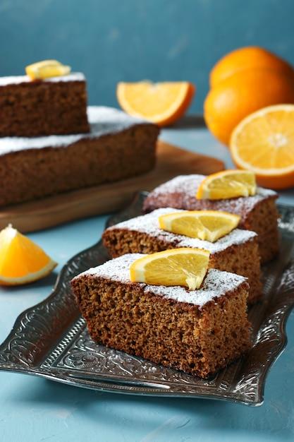 Torta de mel doce tradicional no feriado de ano novo judaico de rosh hashaná, sobre uma superfície azul Foto Premium