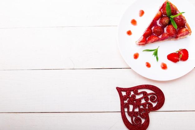 Torta de morango no prato branco. Foto Premium