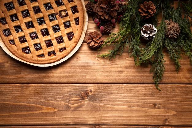 Torta de natal de vista superior com fundo de madeira Foto gratuita