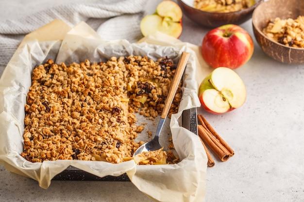 Torta do crumble da aveia de apple do outono. Foto Premium