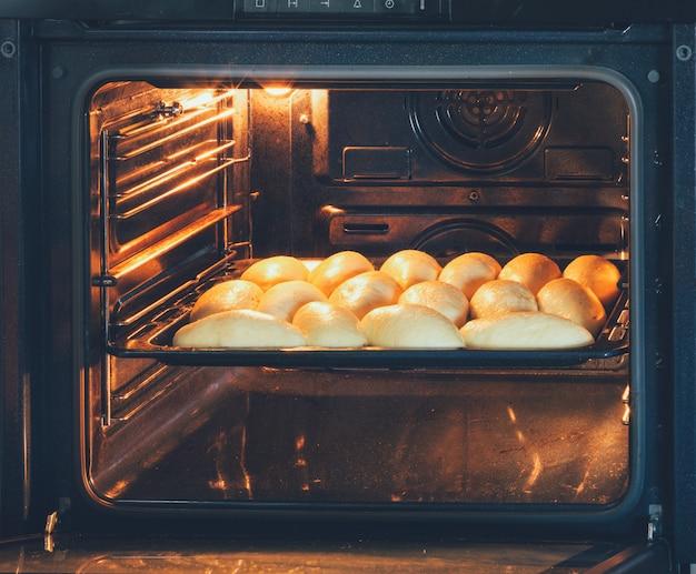 Tortas caseiras com recheios preparados no forno elétrico Foto Premium