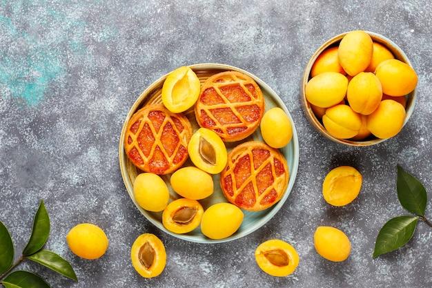 Tortas de damasco rústicas caseiras mini com frutas frescas de damasco Foto gratuita
