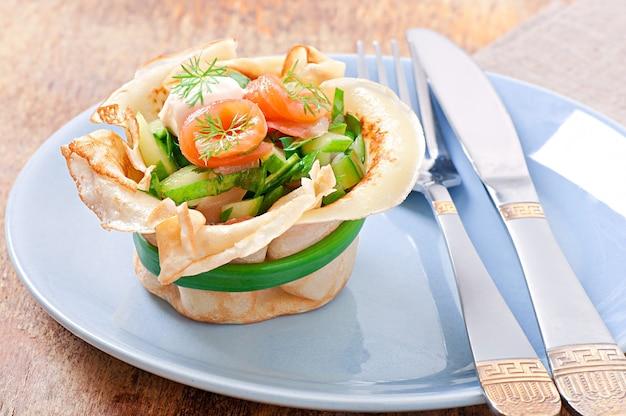 Tortas de panquecas com salmão Foto gratuita
