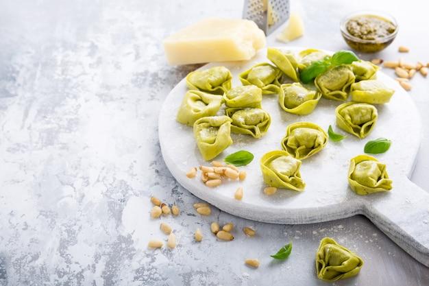 Tortelloni italiano cru caseiro Foto Premium