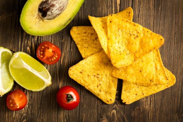 Tortilha de milho nachos e ingredientes de molho de guacamole Foto Premium