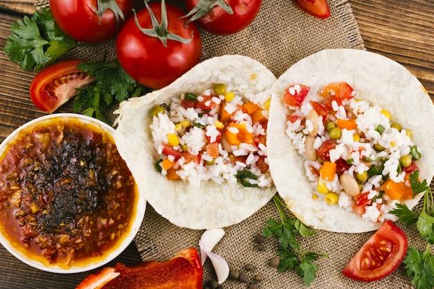 Tortilhas com molho mexicano picante Foto gratuita