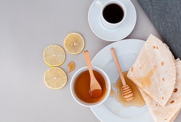 Tortilhas de vista superior com mel caseiro Foto gratuita