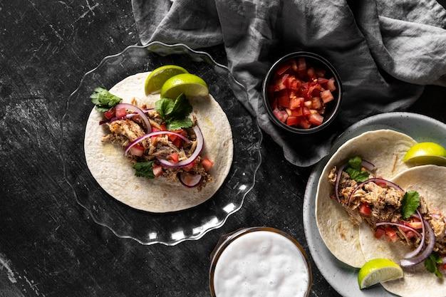 Tortilla com carne e vegetais na horizontal Foto Premium