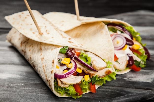 Tortilla com uma mistura de ingredientes Foto Premium