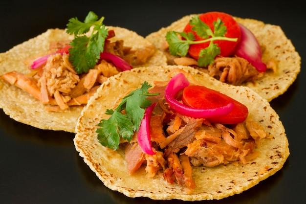 Tortilla desembrulhada com carne e legumes Foto gratuita