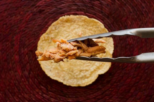 Tortilla desembrulhada de vista superior com carne Foto gratuita
