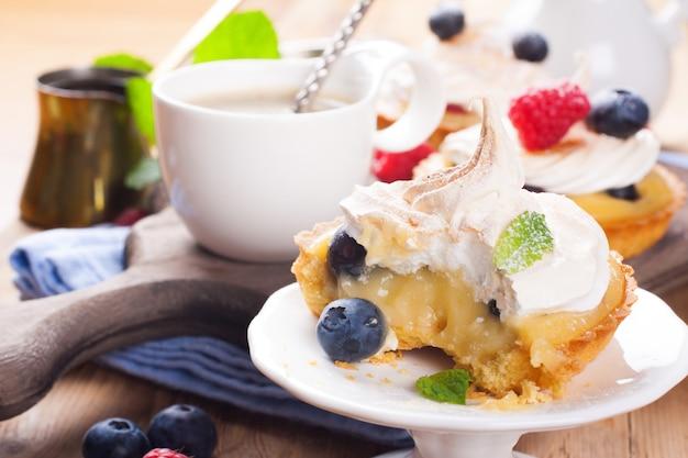 Tortinhas caseiras com coalhada de limão e merengue Foto Premium