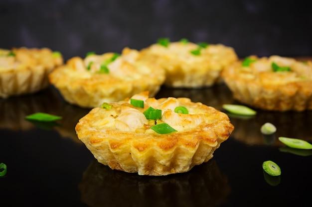 Tortinhas com frango e abobrinha no escuro Foto Premium