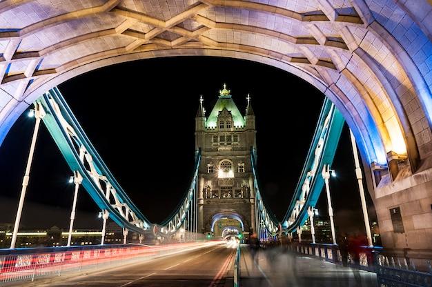 Tower bridge em londres por noite Foto Premium