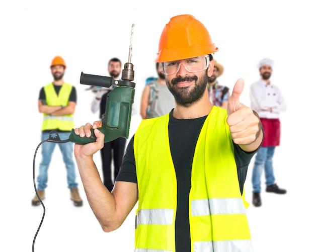 Trabalhador com broca sobre fundo branco Foto gratuita