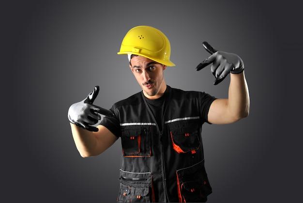 Trabalhador com capacete amarelo e cara louco Foto Premium
