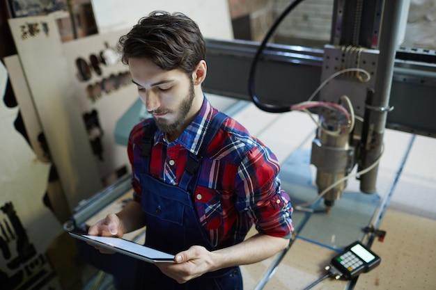 Trabalhador com configurações de tablet Foto gratuita