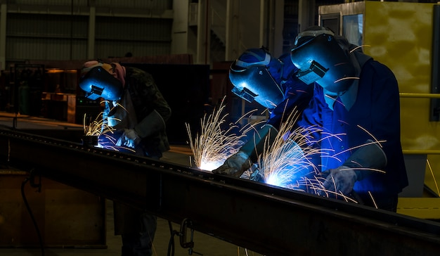 Trabalhador, com, máscara protetora, metal soldadura Foto Premium